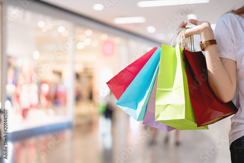 Fotografía  Closeup of woman holding shopping colorful of shopping bags at shopping mall wit