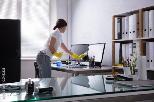 Fotomural  Woman Cleaning Computer In Office