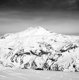Czarno-biały widok panoramiczny na górze Elbrus - 201454398