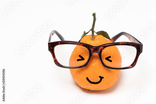 Photo  smiley orange wearing the eyeglasses on white backgrounds