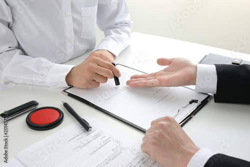 契約を結ぶ女性とビジネスマン