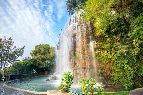 Waterfall in Parc de la Colline du Chateau Fototapeta