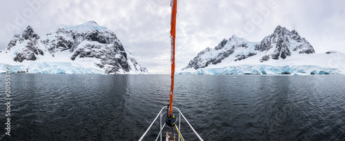 Foto auf Gartenposter Antarktika Panoramic view of sailboat bow in Lemaire Channel in Antarctica