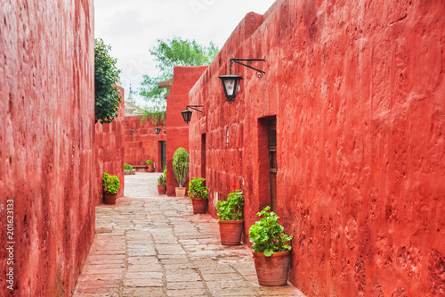 Deurstickers Rood Red walls in Santa Catalina monastery in Arequipa, Peru