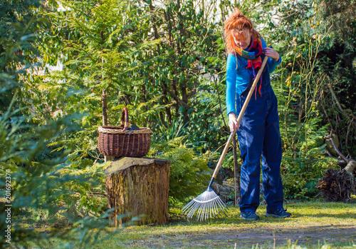 eine Frau arbeitet im Garten