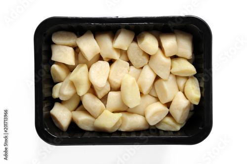 Kopytka. Przygotowane danie zapakowane w pudełko na białym tle