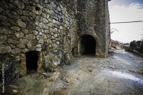 Fotografía  Muros antiguos de piedra y entrada al túnel