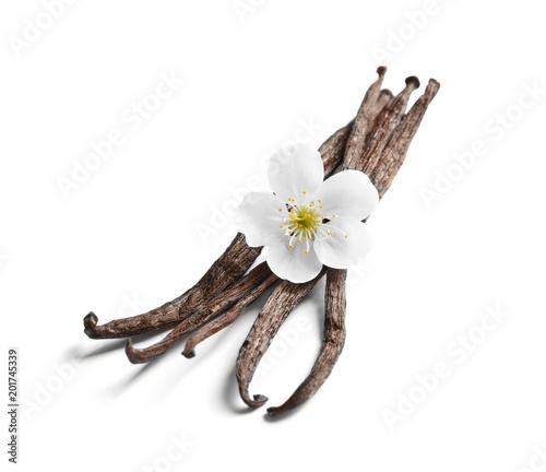 Fotografía  Vanilla sticks and flower on white background