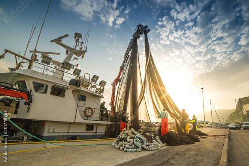 Fotografie, Tablou Descargando la red de pesca