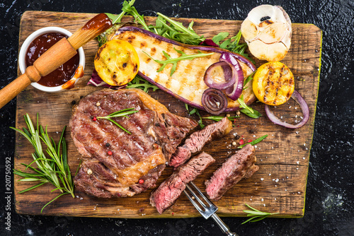In de dag Grill / Barbecue Pieces of grilled medium rare steak with vegetables