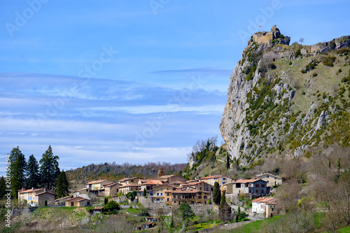 Staande foto Noord Europa Roquefixade perched cathar castle and village