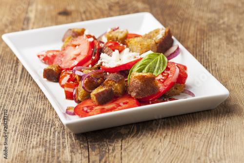 Foto op Plexiglas Voorgerecht italienischer Brotsalat mit Tomaten