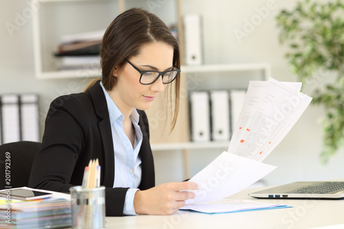 Fotografia  Office worker checking paper documents