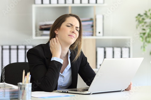 Fotografía  Office worker suffering neck ache