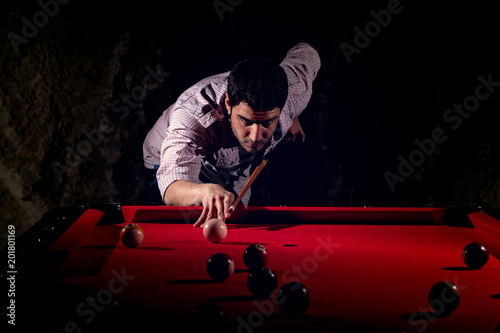Photo A man with a beard plays a big billiard.