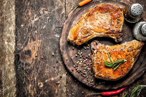 Fotografía  Grilled pork on a cutting Board.