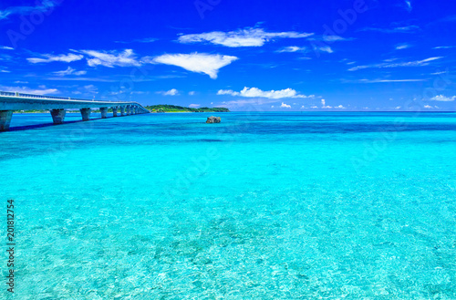 Fotobehang Turkoois 真夏の宮古島。宮古島側から見た池間大橋