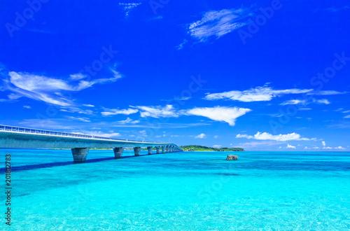 Foto op Plexiglas Zee / Oceaan 真夏の宮古島。宮古島側から見た池間大橋