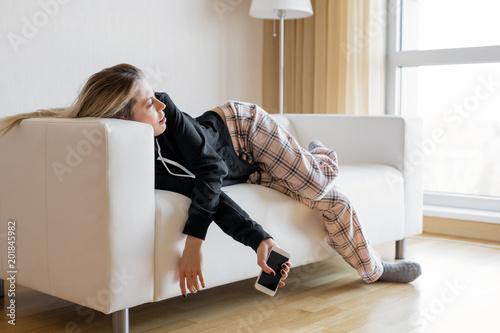 Photo Bored woman lying in sofa