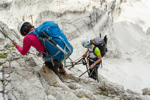 Fotografia  Climbers tackling via ferrata metalic ladder.