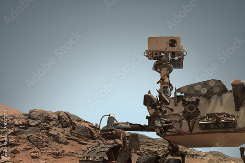 Fotografía  Curiosity Mars Rover exploring the surface of red planet