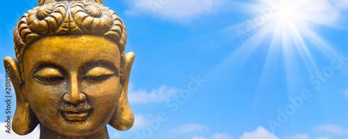 lächelnder goldener buddha vor blauem himmel Canvas Print