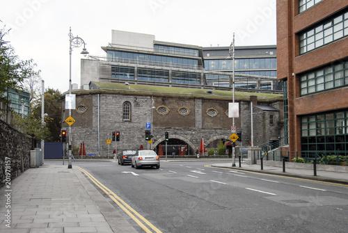 Zdjęcie XXL Dublin, Irlandia, 24 października 2012 r .: Samochody i ludzie na ulicy