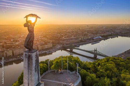 Papiers peints Budapest Budapest, Hungary - Aerial view of the beautiful Hungarian Statue of Liberty with Liberty Bridge and skyline of Budapest at sunrise with clear blue sky