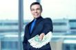 Twoje finanse - mężczyzna wręcza gotówkę, pożyczkę, chwilówkę