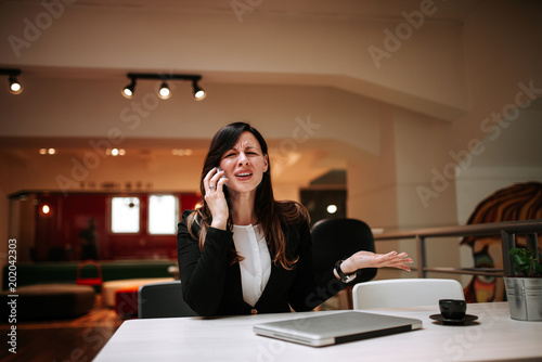 Businesswoman arguing over the phone. Canvas-taulu