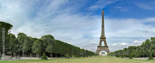 Niesamowita panorama Wieży Eiffla na Champs de Mars w Paryżu, Francja, bez ludzi, tło podróży pano