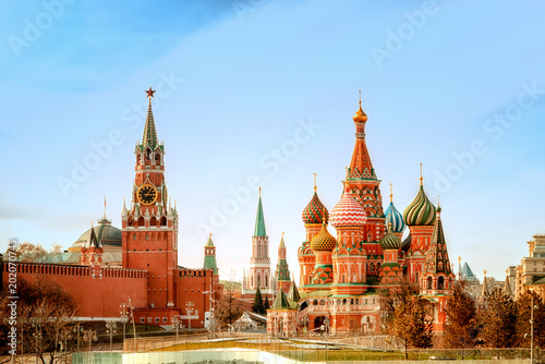 In de dag Moskou Moscow Kremlin and St Basil's Cathedral on the Red Square in Moscow, Russia.