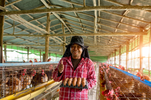 Fotografía  Farming man working in chickens egg farm  thumb up happiness with chickens egg