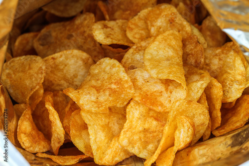 Fotografía  Frische geröstete Kartoffelchips in einer Chipstüte