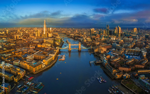 Stampa su Tela London, England - Panoramic aerial skyline view of London including iconic Tower