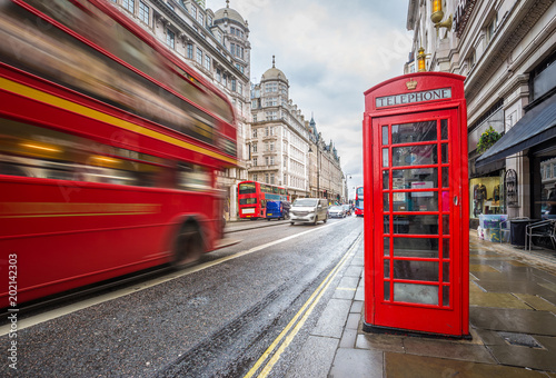 Photo  London, England - Iconic blurred vintage red double-decker bus on the move with