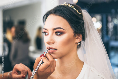 Fotografía  Pretty  bride on makeup before wediing