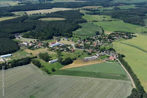 Fotobehang Olijf Neuendorf A, Dorf an der B 109 und Bahnstrecke