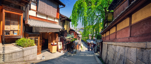 Poster Kyoto View to small street with Sakura tree in Higashiyama district, Kyoto, Japan. Traditional japanese houses in the morning