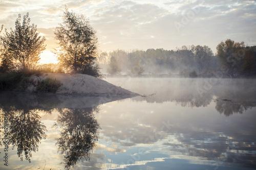 Papiers peints Blanc Bords de Loire avec le soleil du matin