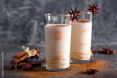 Keuken foto achterwand Milkshake молочный коктейль с шоколадом и корицей
