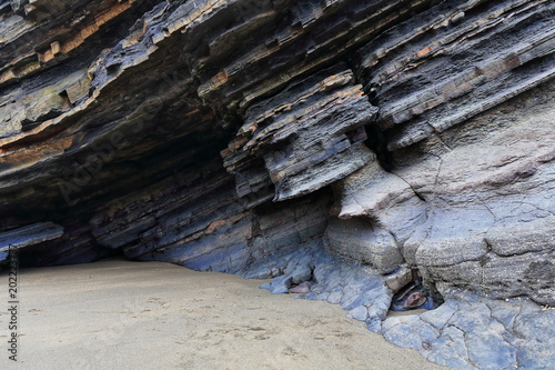 Photo  Rock shelter at the foot Gaztelugatxe islet-San Juan hermitage