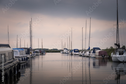 Fotografía Pleasure boats moored at Thurne Great Yarmouth Norfolk England