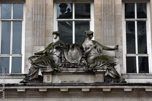 Obraz na plátně  Sandsteinskulpturen an der Fassade des Burlington House