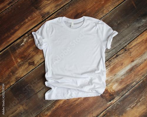 Fotomural White T Shirt mockup flat lay on wood