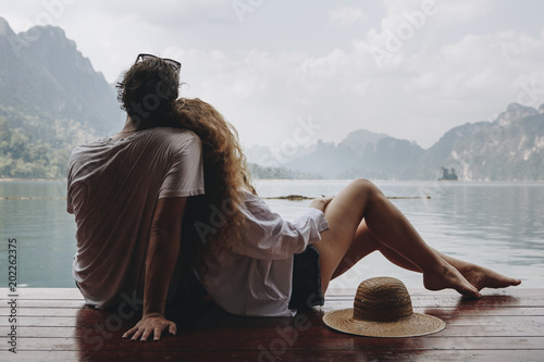 Fotografia  Woman relaxing in her boyfriends lap