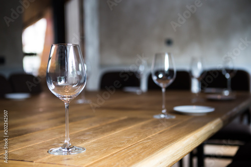 Foto op Canvas Alcohol An empty glass of wine stands on a wooden table