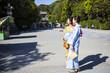 浴衣を着て神社を訪れている女性たち