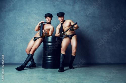 Fényképezés  striptease dancers  policemen