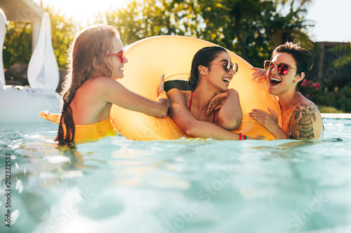 Fotografia  Girls enjoying a day in swimming pool